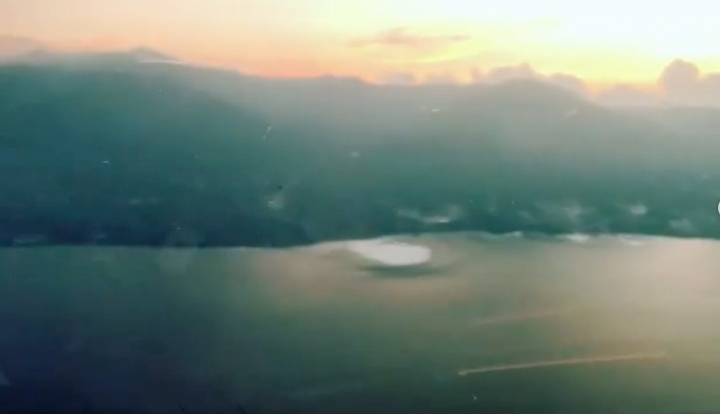 當時飛機上人們拍到海中白色的「洞」 (圖: Captain Mafella icoze Instagram)