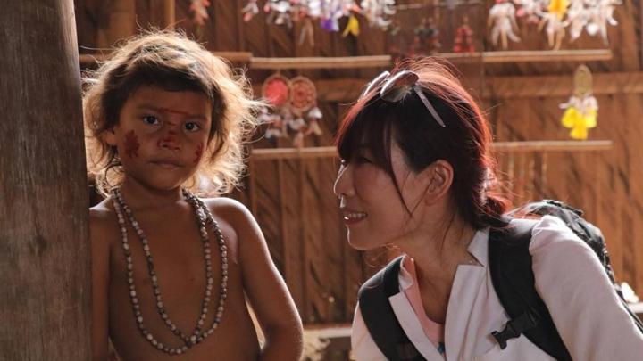舒夢蘭在非洲與小朋友合影 (圖:舒夢蘭臉書)