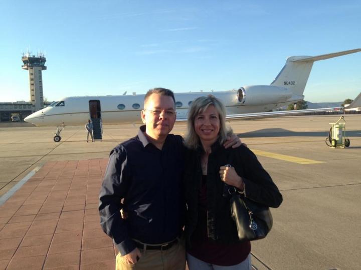 13日,布朗森牧師夫婦回到美國 (圖:Andrew & Norine Brunson 臉書)