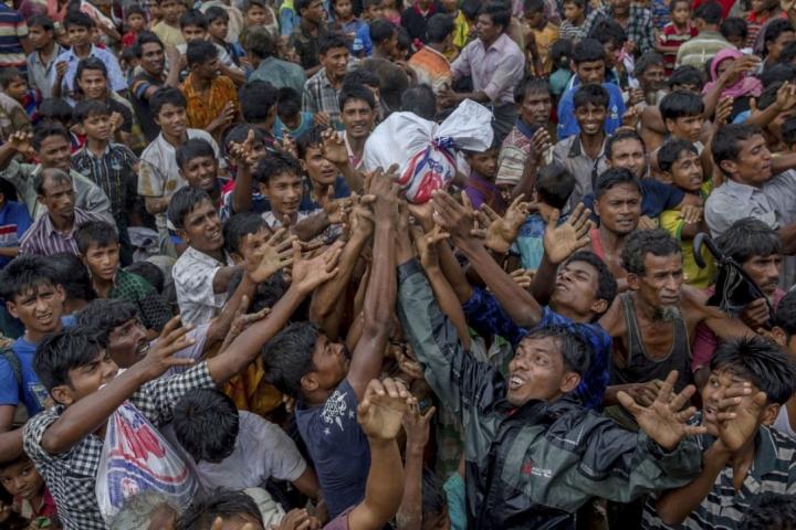 羅興亞人在難民營爭相取救援物資。(圖:templeilluminatus.com)