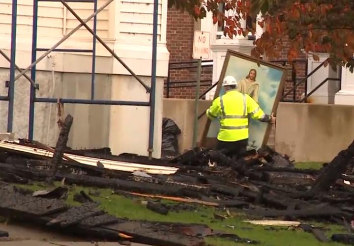消防員在廢墟中發現幾乎完整無損的耶穌畫像。(圖:abc NEWS 視頻擷圖)