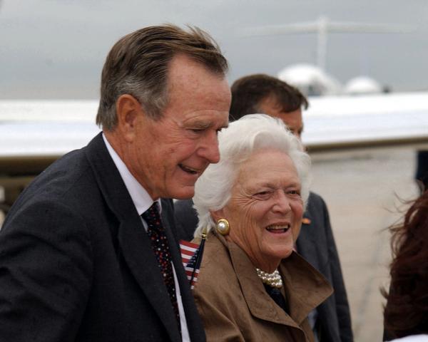 美國第41屆總統喬治·赫伯特·沃克·布殊(George Herbert Walker Bush)過世,享年94歲。圖攝於2001年,老布殊總統與夫人芭芭拉。(圖:Joseph Lozada/U.S. Department of Defense)