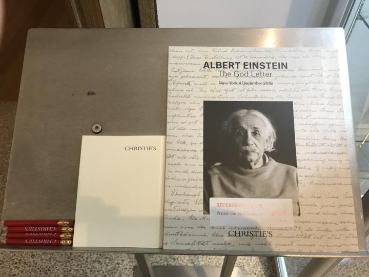 愛因斯坦《上帝之信》手稿以289萬美金拍出 (圖:推特Newyorcanka17)