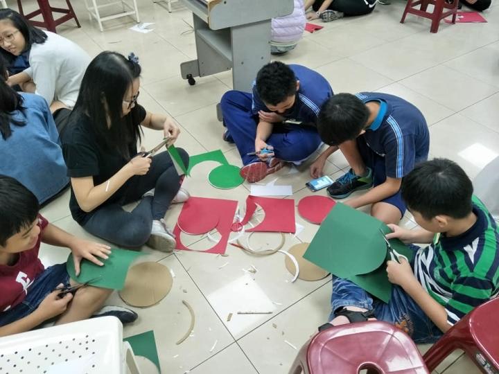 得勝者教育協會透過手作美勞,讓青少年認識社會關懷與公民責任。(圖:得勝者教育協會臉書)