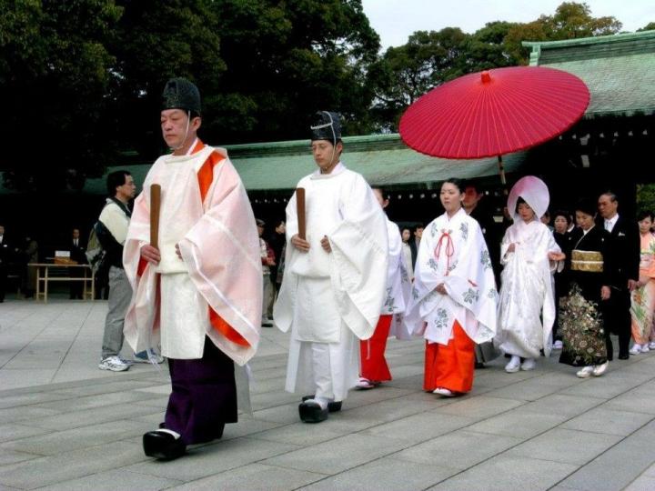 日本人行婚禮喜採用神道教或佛教儀式進行。(圖:sina.com)