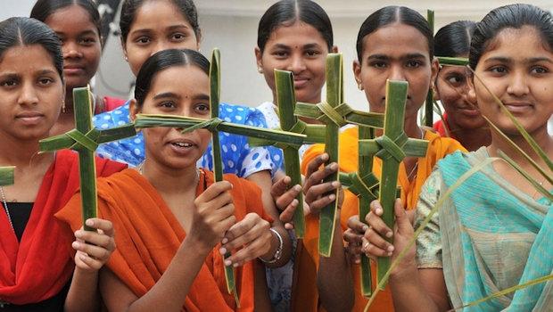 印度婦女手持十字架 (圖:來自網絡)