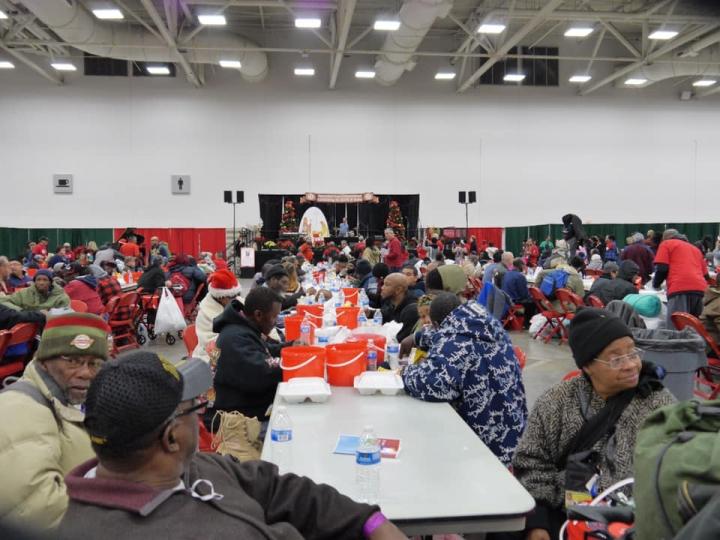 17日「關愛行動」(Operation Care)在達拉斯舉辦聖誕禮物慶祝活動,圖為街頭流浪者在活動現場想用餐飯。(圖:Staci Wallace臉書)