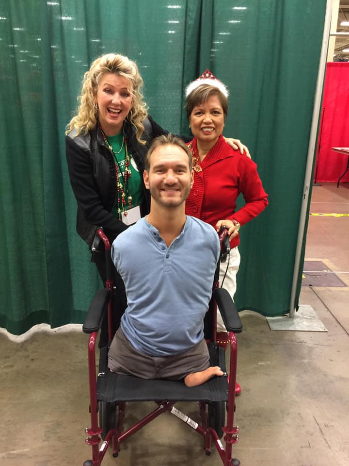 「助力女性」創始人泰西·華萊士,力克·胡哲和「關愛行動」創始人蘇茜·詹寧斯在活動現場合照 (圖:Staci Wallace臉書)