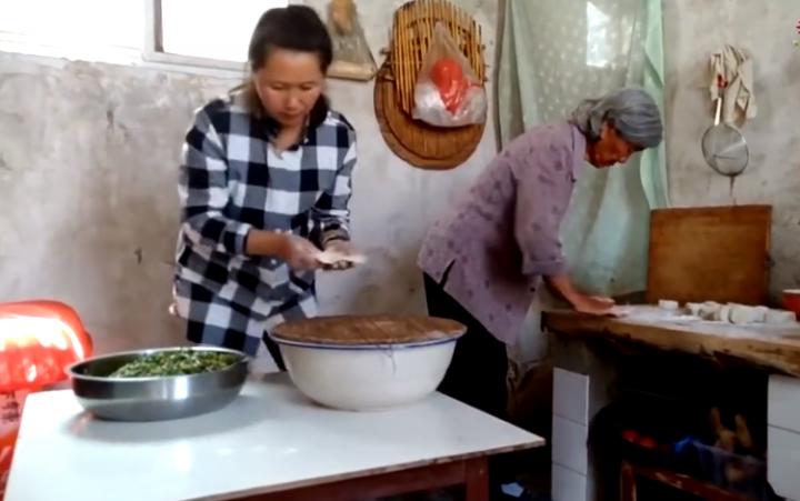 河南農村婦女做肉包子。(圖:網絡視頻擷圖)