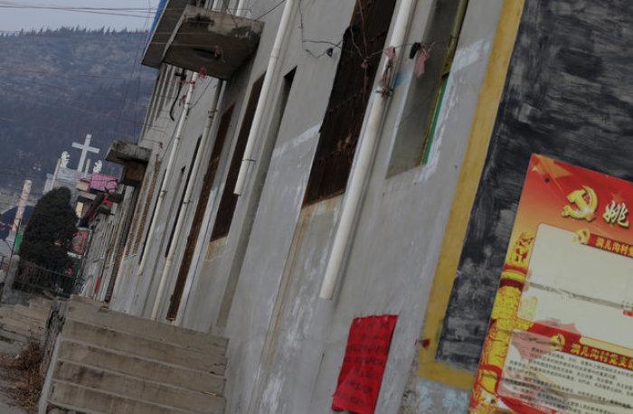 2016年12月24日,中國山西太原一家教會的十字架位於共產黨宣傳標語之後 (圖:路透社/Jason Lee)