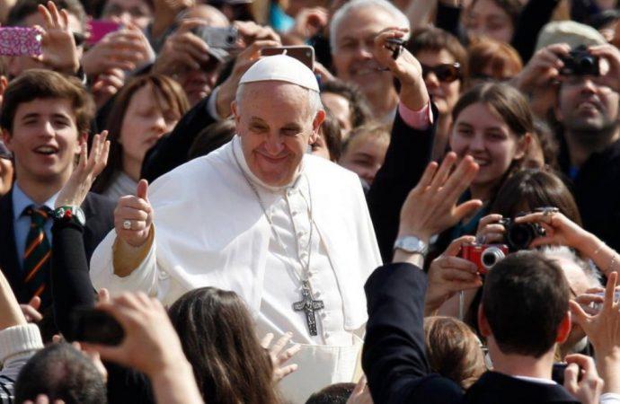 教宗與青年人。(圖:CNS)