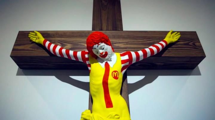 芬蘭藝術家萊諾寧(Jani Leinonen)的雕塑作品「麥耶穌」在以色列海法博物館展出惹基督徒抗議要求撤出展覽。(圖:美聯社)