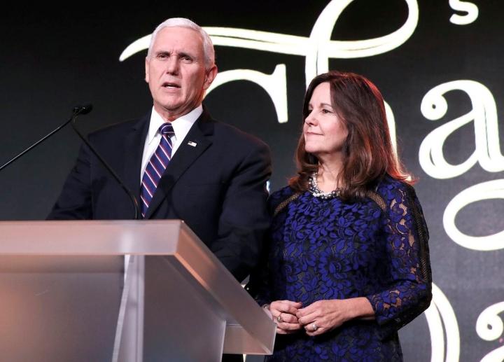 美國副總統彭斯和夫人凱倫1月17日在華盛頓川普國際酒店舉辦的「拯救鸛」慈善舞會上致詞。(圖:Paul Morigi)