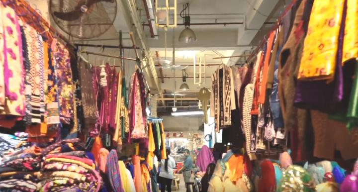 香港巴基斯坦村巴人開設的鋪店。(圖:youtube視頻擷圖)