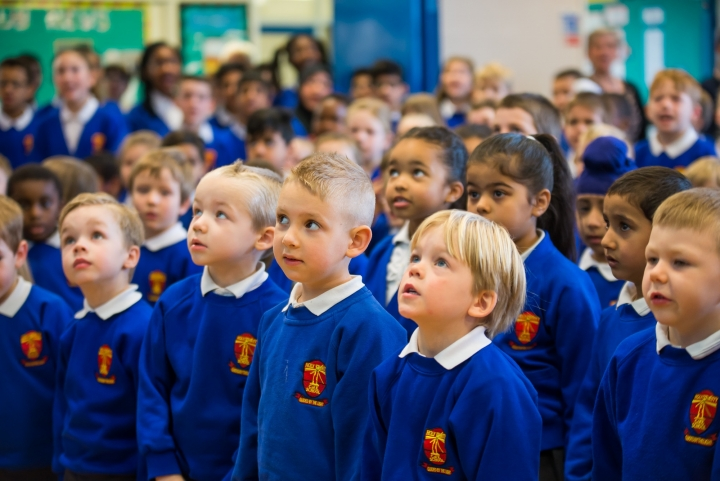 英國聖三一小學學生上課 (圖:Holy Trinity CE Primary School 官網)