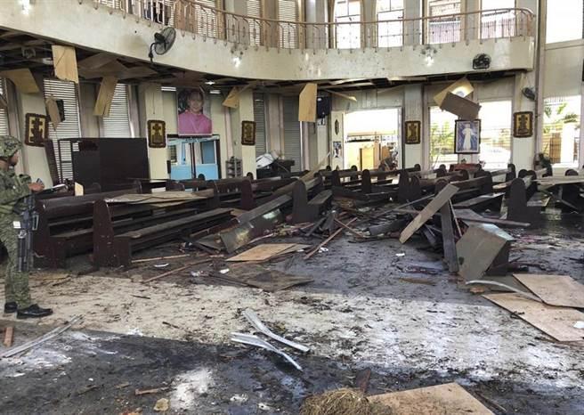 菲律賓霍洛島卡梅爾山聖母大教堂27日發生爆炸,圖為爆炸後的教堂內部。 (圖:美聯社)