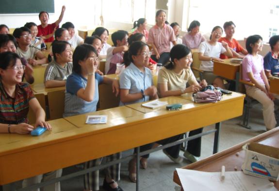 在蕪湖教授學生提升口語能力。(圖:大公網)