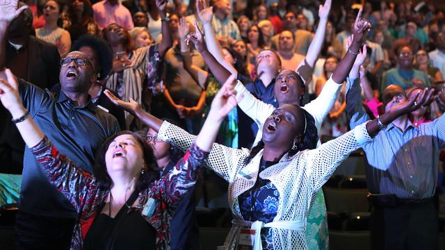 皮尤研究中心表示,經常參與宗教活動的人幸福感更高。 (圖Joe Raedle/Getty Images)