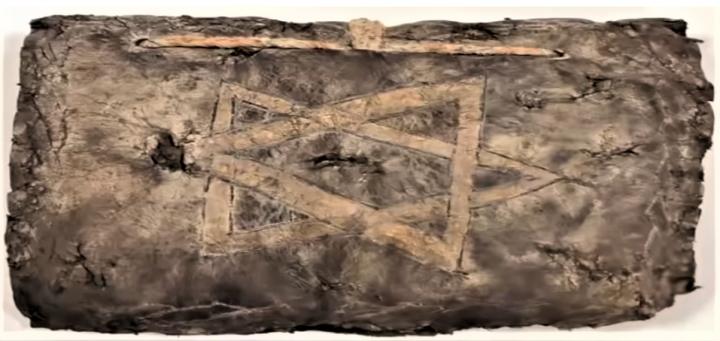 《聖經》外形殘破,刻有十字架和大衛之星。(圖:Vigorously Live)