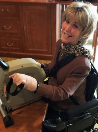 瓊妮做運動強化肺功能。(圖:「瓊妮之友」網站)