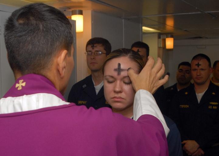 美國海軍裡的基督徒在軍船舉行聖灰日禮拜。(U.S. Navy)