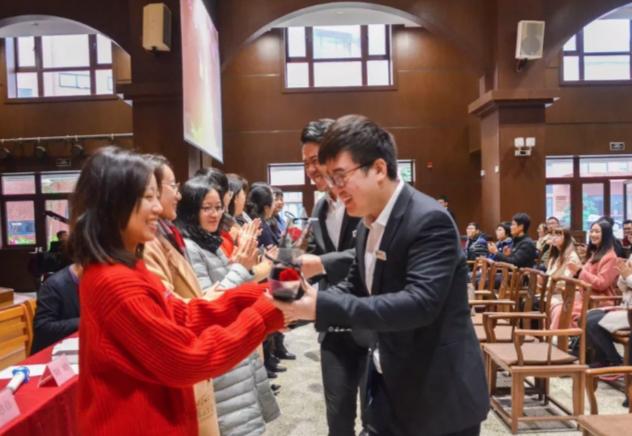 女老師與女同工笑迎男同學的獻花。(圖:福建基督教協會)