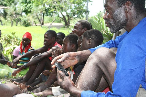 莫桑比克村民手持音頻《聖經》。(圖:Audio Scripture Ministries網)