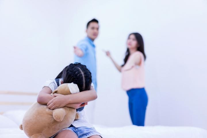 再婚家庭夫婦不和,孩子承受莫大壓力。(圖:網絡圖片)