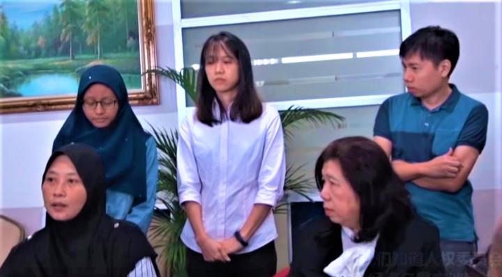 許景城妻子(右)、女兒(中)與阿姆利妻子(左)要求警方釋放其丈夫。(圖:KiniTV擷圖)