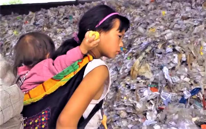電影《塑膠王國》女孩在垃圾場的生活。(圖:《塑膠王國》視頻擷圖)