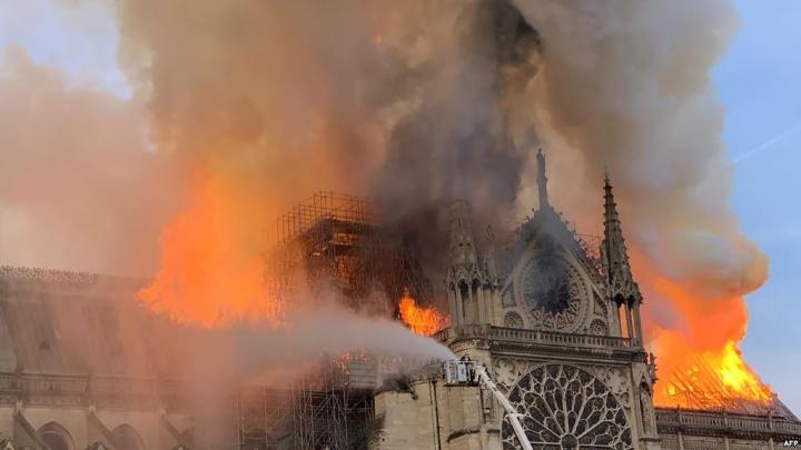 聖母院陷火海塔尖屋頂倒塌。(圖:VOA網)