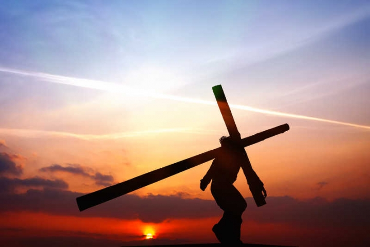 耶穌背十字架行苦路救世人。(圖:網絡圖片)