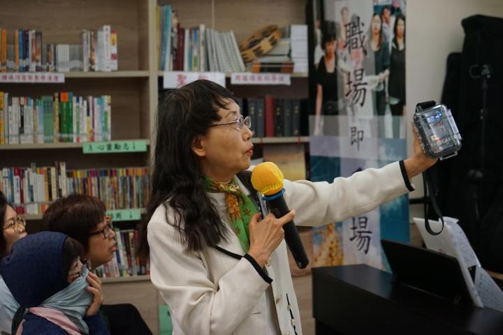 劉美明展示自製的探測輻射儀器SAFECAST。(圖:基督日報)