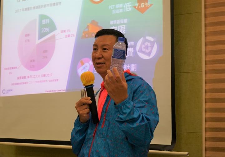 何志偉展示回收率正下降的PET膠樽。(圖:基督日報)