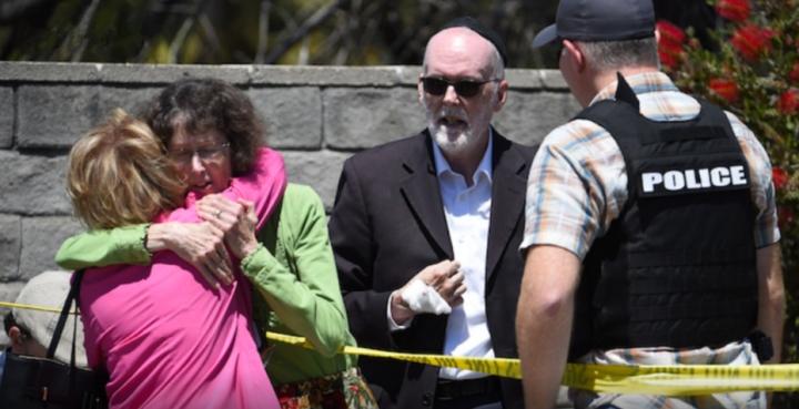 美國加州猶太教堂內遭一名男子持槍開火,造成至少1死3傷。(圖:視頻擷圖)