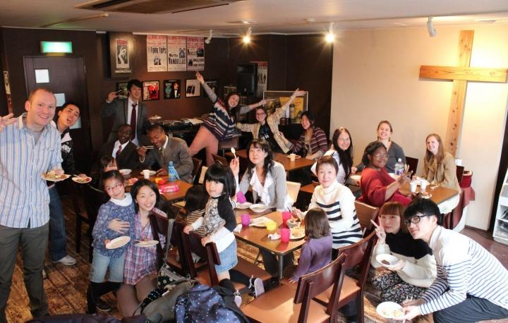 古映虹(後排中)與左旁的丈夫(紅呔者)及仙台教會弟兄姊妹。(圖:Praise Community Church facebook)