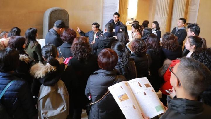 本文筆者蔡春曦博士於兩個月前帶同法國華人神學院之50位學生及家人參觀法國巴黎的羅浮宮的摩押石碑作詳細講解。(圖:以斯拉培訓網絡)