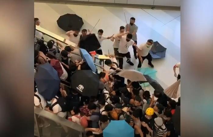 元朗西鐵站有大群白衣人手持攻武器無差別攻擊巿民。(圖:社交網視頻截圖)