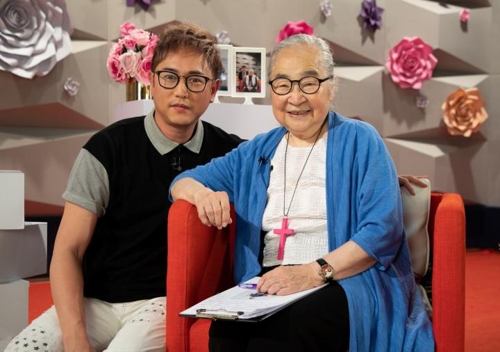 陳鍵鋒[左]在《喜樂婆婆會客室》接受小金子喬媽[右]訪問分享見證。(圖:影音使團提供)