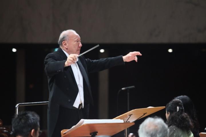 唐崇榮牧師指揮耶加達交響樂團演奏神曲。(圖:Aula Simfonia Jakarta)