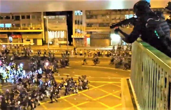 警方從高位向橋下示威者發射橡膠子彈。(圖:視頻擷圖)