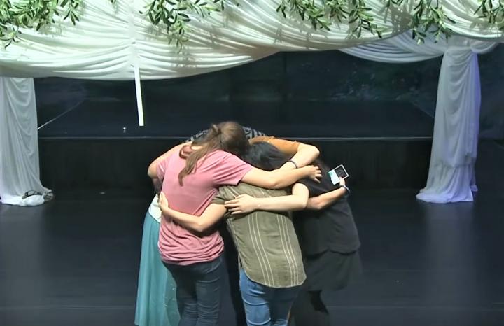 青年代表結盟擁抱禱告。(圖:華夏回家視頻)