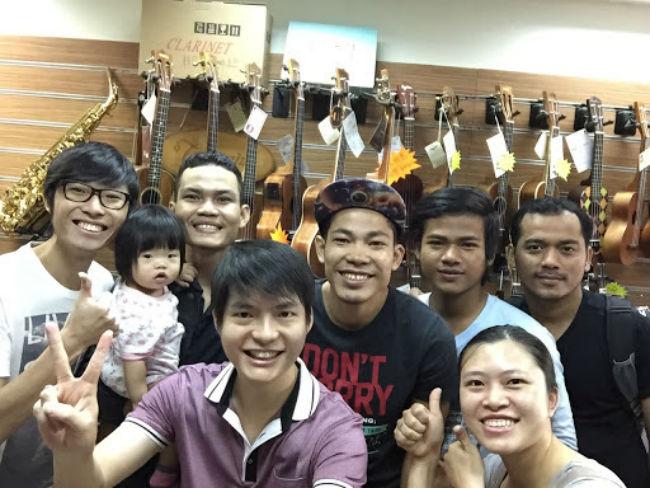 張磊邦[前左]與柬埔寨信徒。(圖:恩泉音樂店網)