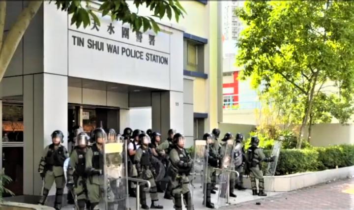 七區集會,防暴警察在天水圍警署戒備。(圖:視頻擷圖)
