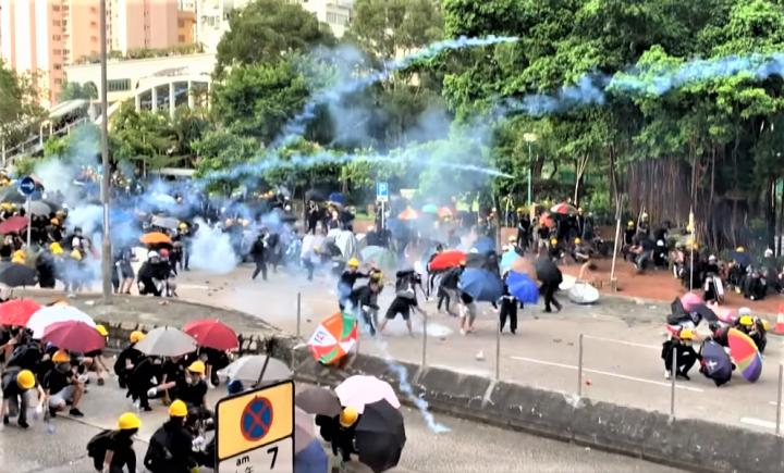 七區集會演變成衝突,警方施放催淚彈。(圖:BBC)