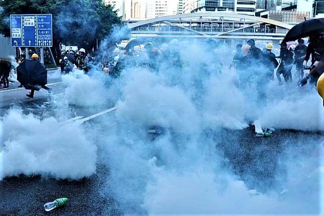 警方向示威者發射催淚彈。(圖:網絡)