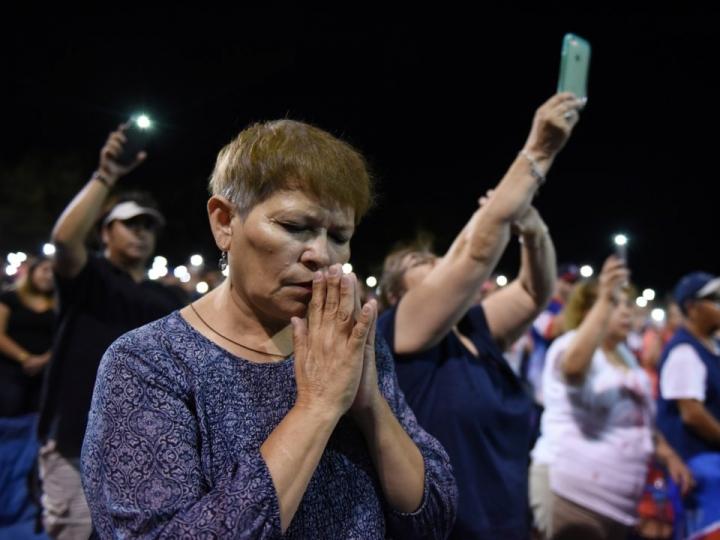 俄亥俄州岱頓鎮槍擊案,市民為死傷者祈禱。(圖:Reuters)