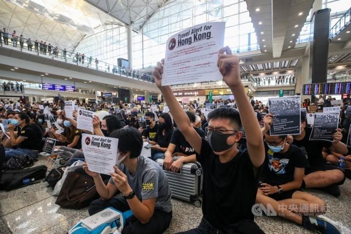 示威者在香港國際機場舉行反送中集會。(圖:中央通訊社)
