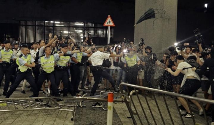 警察驅散示威者。(美聯社)