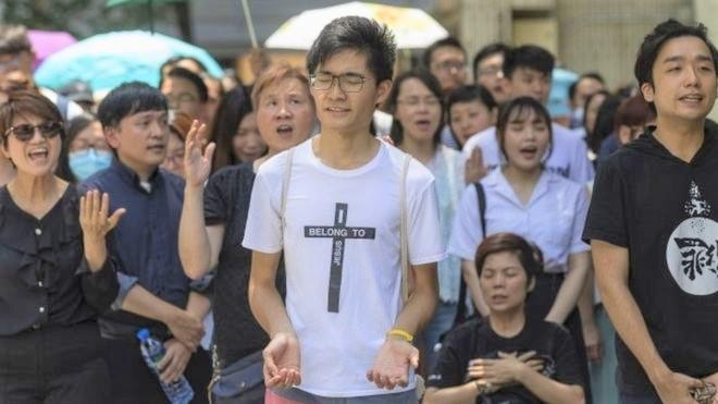 基督徒在示威中祈禱。(圖:BBC中文)